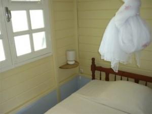le lit avec moustiquaire